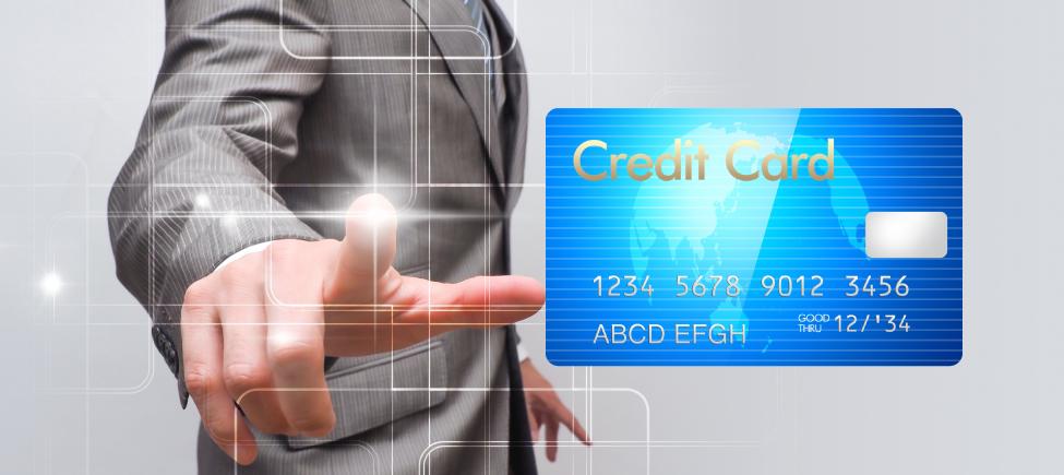 クレジットカードの利用限度額を上げる方法を説明する人